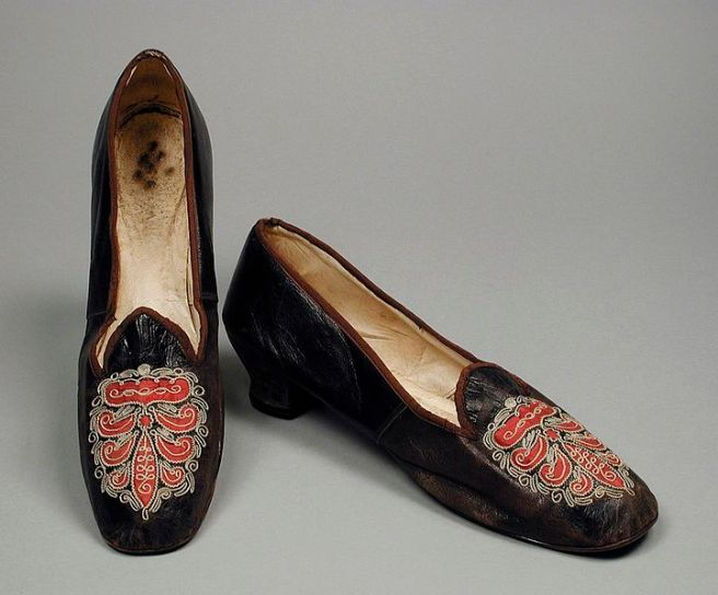 721px-pair_of_woman27s_slippers_lacma_53.51.8a-b